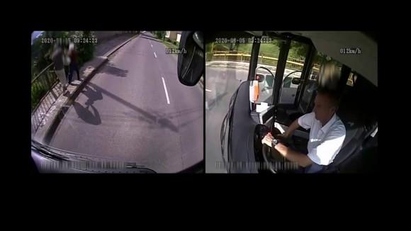 強盗に襲われているおばあさんを車内から目撃したバス運転手、緊急停止しバスを降り、果敢に撃退(ハンガリー)