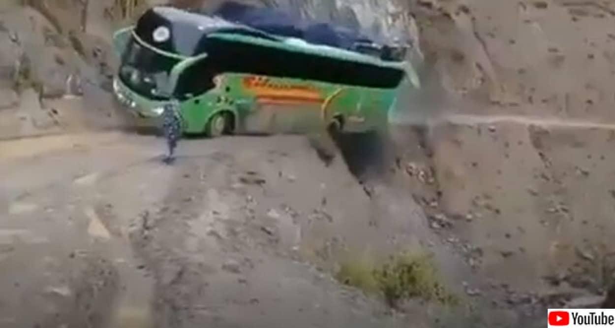 まさに崖っぷちのバス