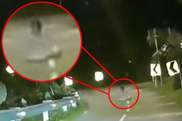道路の真ん中に座り込む「座禅幽霊」の目撃例が相次ぐ(マレーシア)