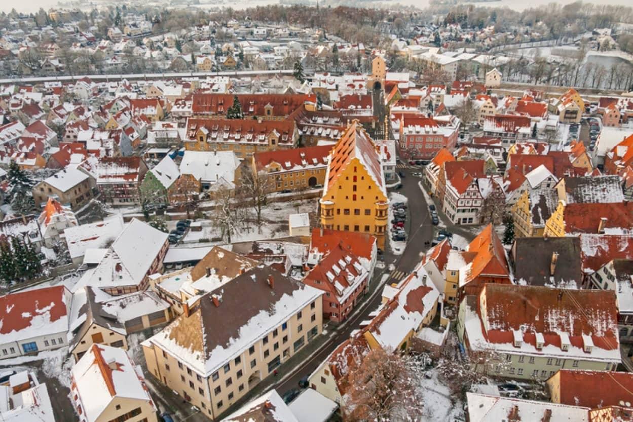 隕石が落下したクレーターの上に立つドイツの都市の建物には大量のダイヤモンドが埋め込まれている