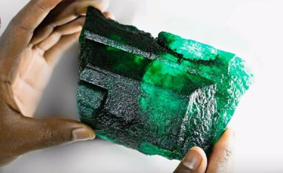 5655カラット!重さ1.1キロの巨大エメラルドが発見され、ネット民ざわつく(ザンビア鉱山)