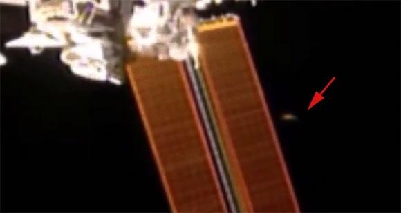 超高速で動く円盤状のUFOが国際宇宙ステーションを通過しているだと?