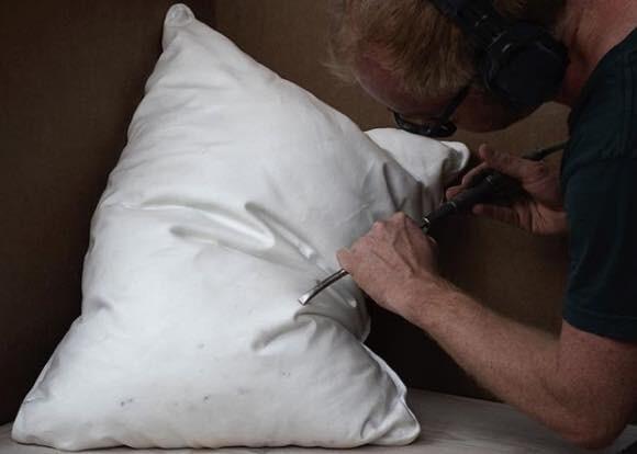 すごくやわらかそうに見えても実は激固。大理石で作られた枕