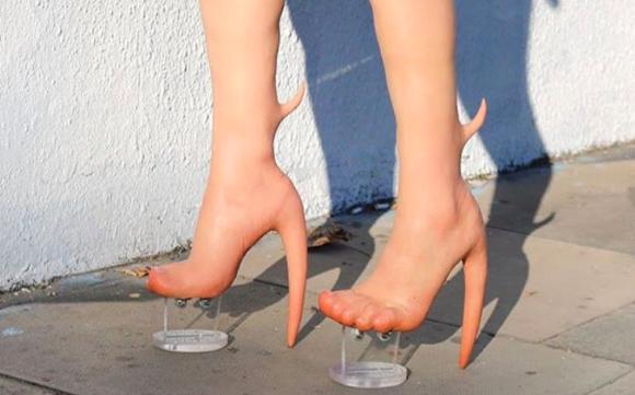 これってどんなエイリアン?足とニーハイブーツが一体化した人体改造的「スキンヒール」が本当に発売されちゃう件