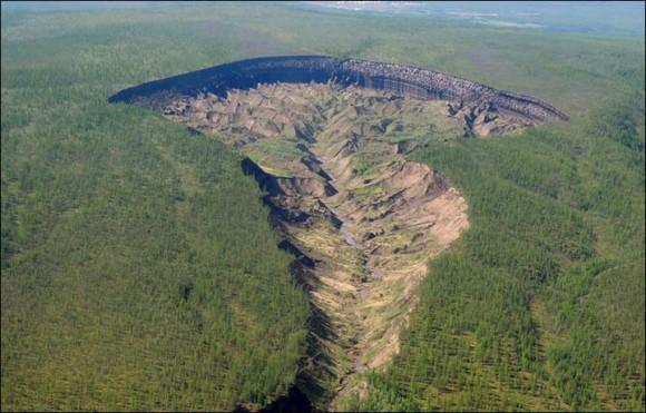 地下世界への門。シベリアの永久凍土にある神秘のクレーターで20万年前の土壌を発見(ロシア)