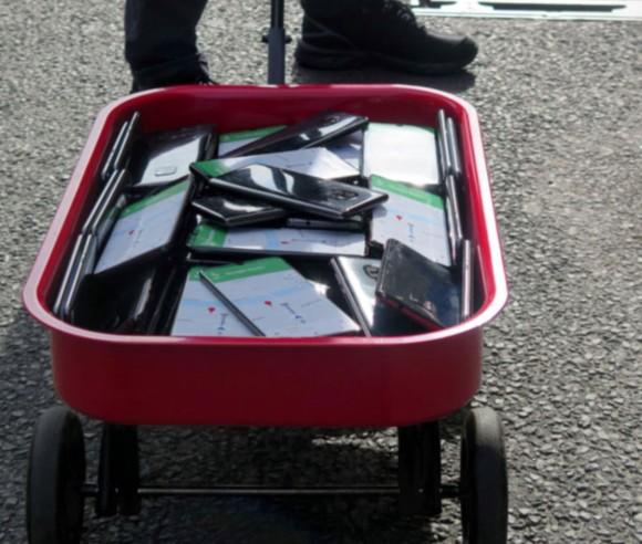 Google mapハッキング実験。中古のスマホ99台を持ち歩き「仮想渋滞」を起こした男性(ドイツ)