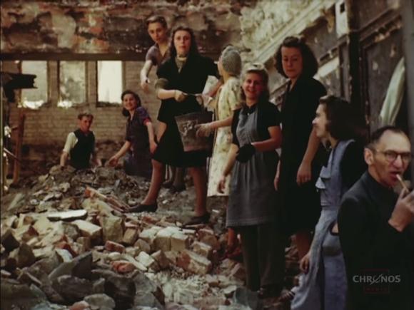 00_rs_瓦礫を運ぶ女性たち_e