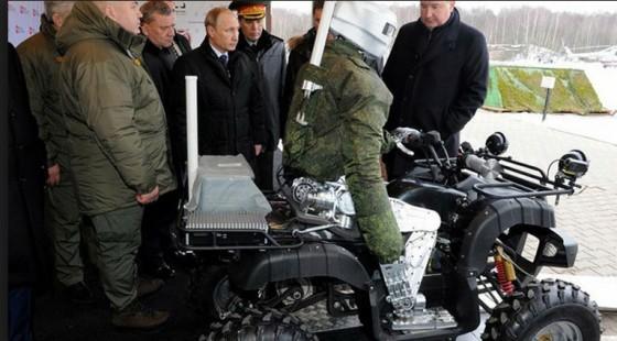 これがロシアのターミネーターだ!バギーを乗りこなす人型戦闘ロボットがプーチンにお披露目、その反応は?