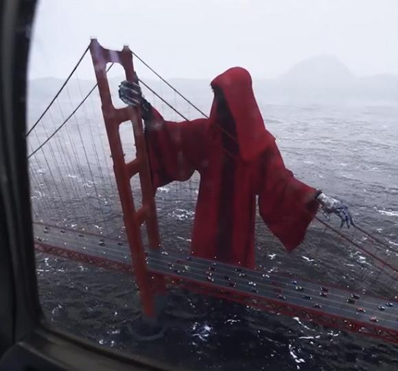 逃げてー!?ゴールデンゲートブリッジに赤いマントを着た巨大な死神が現る!?(アメリカ)