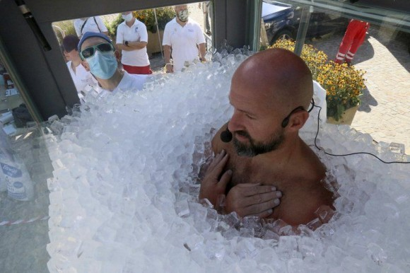 氷の中に2.5時間、自己記録を更新した男性