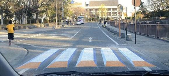 錯視効果を利用した「浮き上がって見える横断歩道」が静岡市にお目見え。事故防止の為