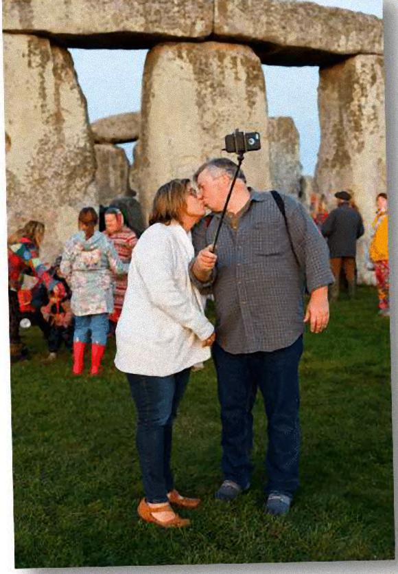 stonehenge-couple-selfie2_e