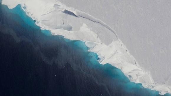 南極の下にぽっかりと広がる巨大な空洞発見される。空洞は現在も急速に拡大中(NASA)