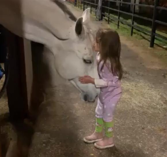 ホース・ウィスパラー(馬にささやく者)。白馬と心を通じ合わせることができる5歳の少女(アメリカ)