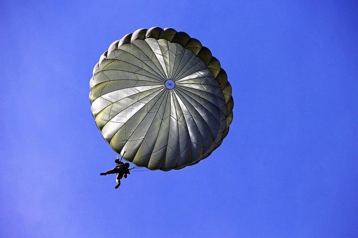 軍事訓練、パラシュート着地失敗で民家の屋根を突き破る