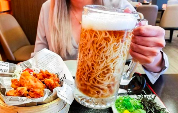 ビールジョッキにラーメン!?カナダの日本料理店が生み出した「ビールラーメン」のビジュアルがものすごい件