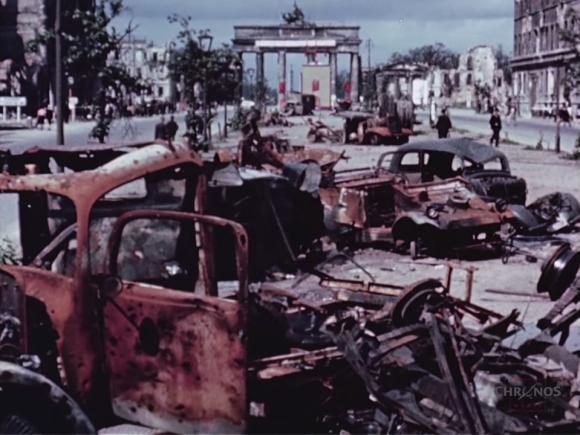 00_rs_ブランデンブルク門前の破壊された車_e