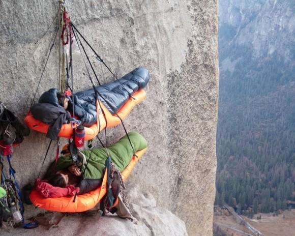 高所恐怖症の人なら震えるけどクライマーには便利。世界最軽量、断崖絶壁の途中で寝られるポータレッジが販売中