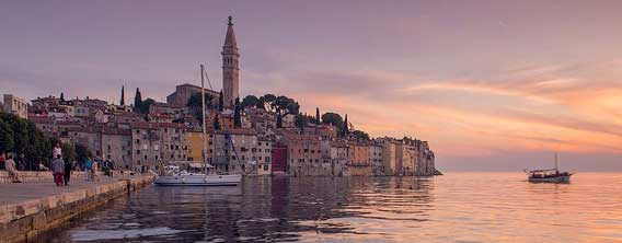 路地裏マニア必見の場所:猫たちがたむろう中世の情緒を残す旧市街、 クロアチア「ロヴィニ漁港」の小道
