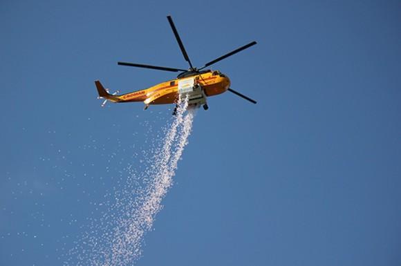 高度から消火剤を投下、新たな空中消火システムで夜間の消火が可能に(イスラエル)