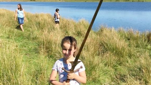 選ばれし勇者なのか?イギリスで7歳の少女が湖からエクスカリバーらしき剣を発見。