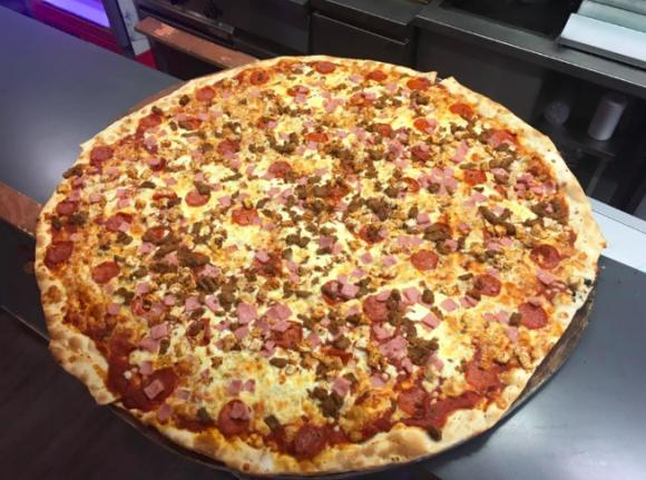 完食したら賞金6万4千円ゲット!いまだかつて成功者なしの直径約81cmの超巨大ピザ(アイルランド)