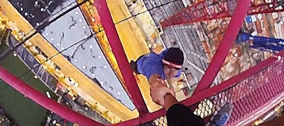 そこに高い場所があるから・・・超高所クレーンによじ登り片手でぶら下がる若者の死亡遊戯を一人称視点で