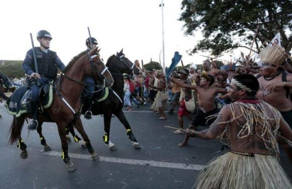 ブラジル・ワールドカップ反対デモ。ついに先住民が参戦、弓矢と竹槍を装備し武装警察と衝突。
