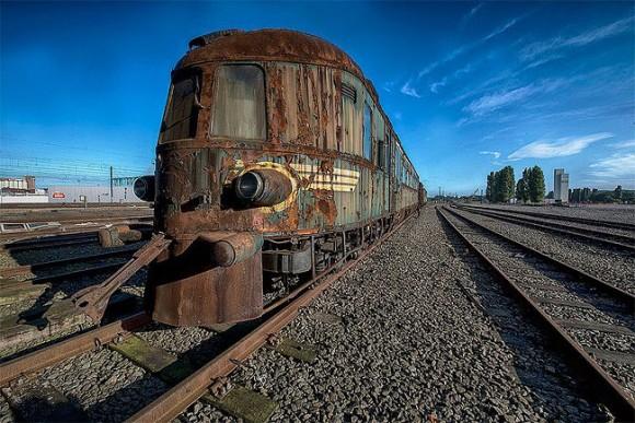 かつての豪華列車が朽ち果てた状態のまま眠る。ベルギーの線路上で風化していくオリエンタル特急列車