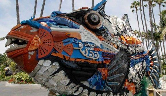 打ち上げられた海の投棄ゴミを使って作られた、驚くべき巨大彫刻(アメリカ)