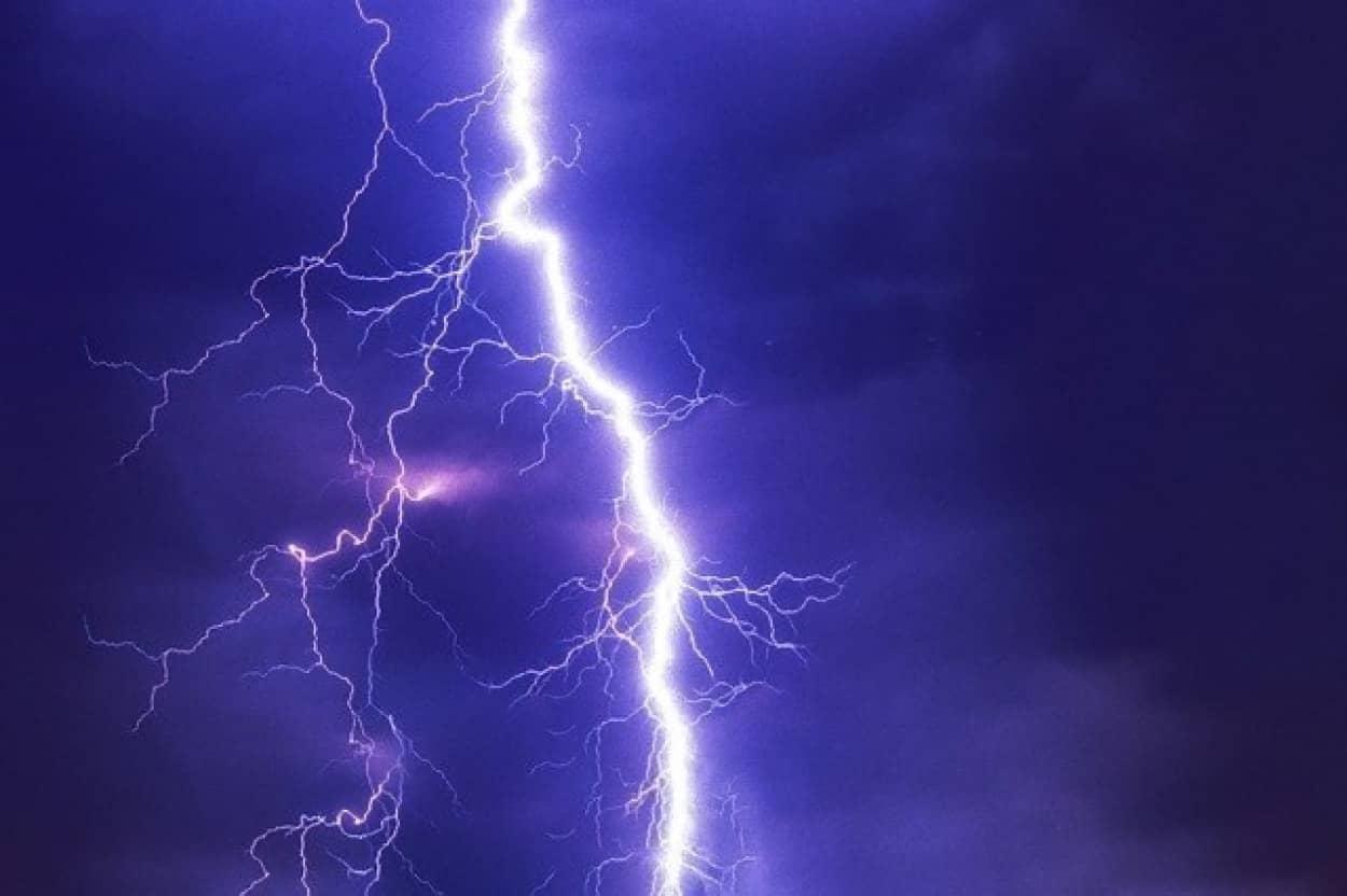 雷の落下地点を操るレーザー技術