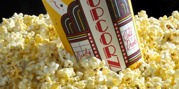なぜ映画館ではポップコーンを食べるのが定番になったのか?