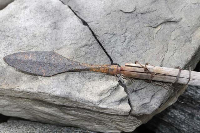 氷が解けて古代の矢を大量に発見