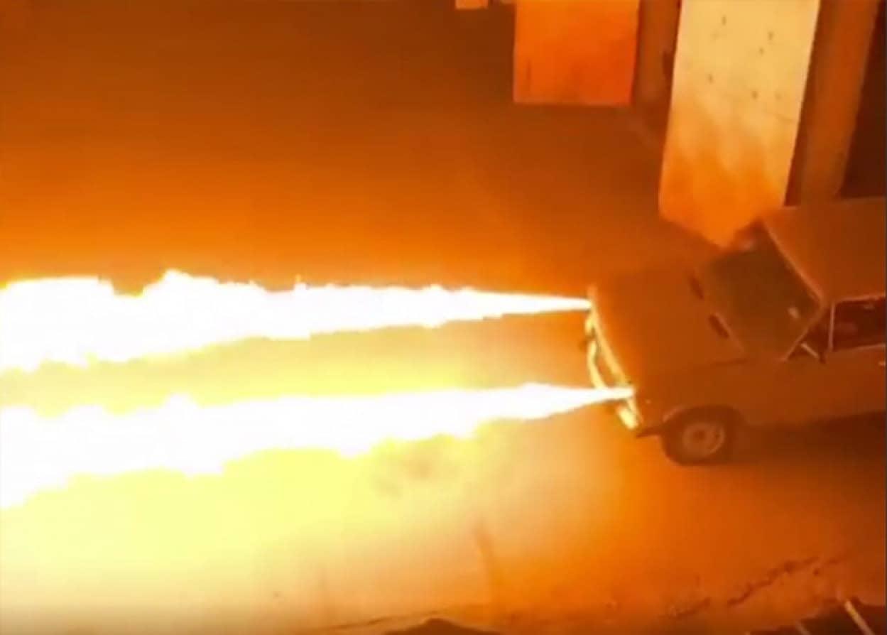 火炎放射器を搭載したロシアの魔改造車