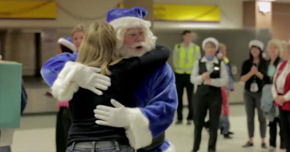 そのサンタは奇跡を起こす。飛行機の搭乗客全員に笑顔と幸せを呼び込んだ青色のサンタクロース