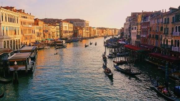 「ベネチアの運河にイルカが泳いでいた」はフェイクだった。多くの人がこのニュースを信じてしまった理由とは