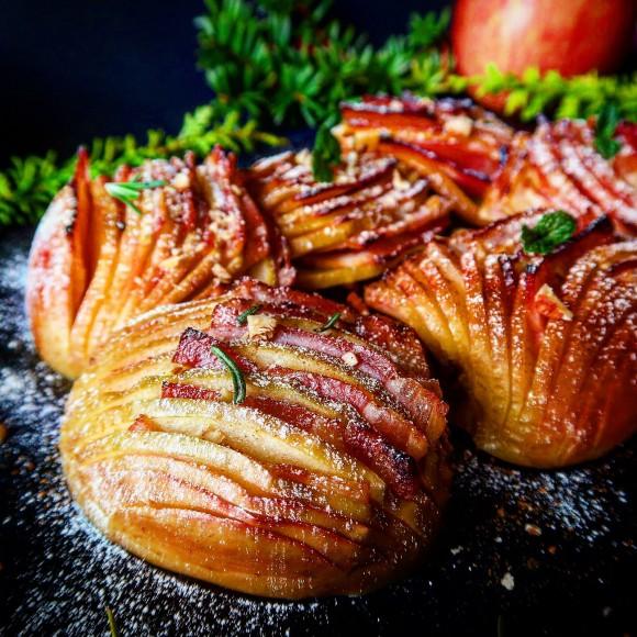 ベーコンとリンゴのタッグマッチが最強にうまい!ハッセルバックアップルのレシピ【ネトメシ】