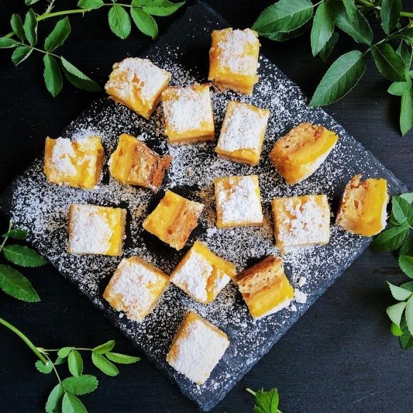 古き良きアメリカのグランマのレシピ。長年愛され続けている2層のしっとりケーキ「レモンバー」の作り方【ネトメシ】