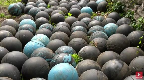 いったいなぜ!?家の下から大量のボウリングのボールが発見される