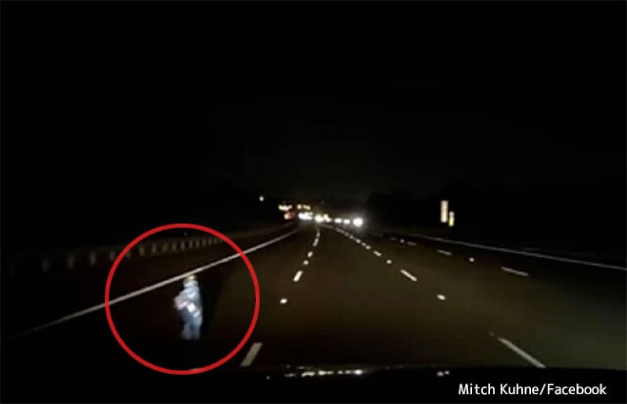 深夜の高速道路を歩く子供の幽霊?