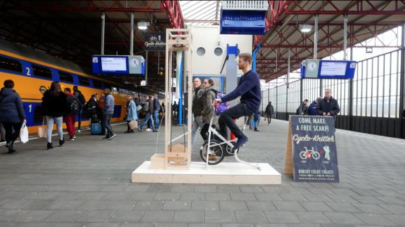 自転車をこいでマフラーができちっち!7.5分で1本のマフラーを編むことができる自転車