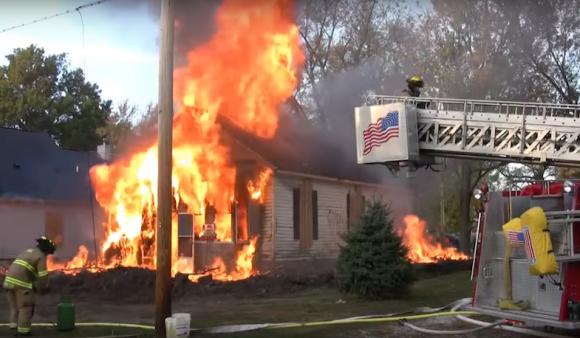 ゴミ屋敷でゴキブリが大量発生。家丸ごと燃やす処置(アメリカ)※ゴキブリ出演中