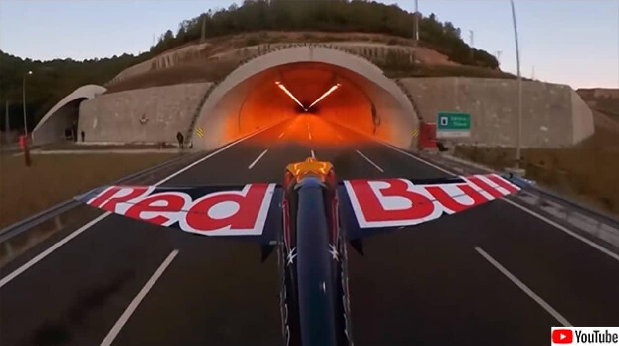 自動車用トンネルを飛行機で通過、ギネス記録達成