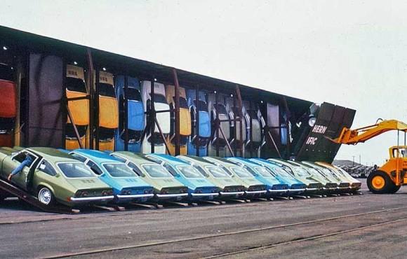 垂直にぎっしり並ぶ。アメリカで1970年代に行われていた自動車の運搬方法「Vert-A-Pac(ヴェルタ・パック)」