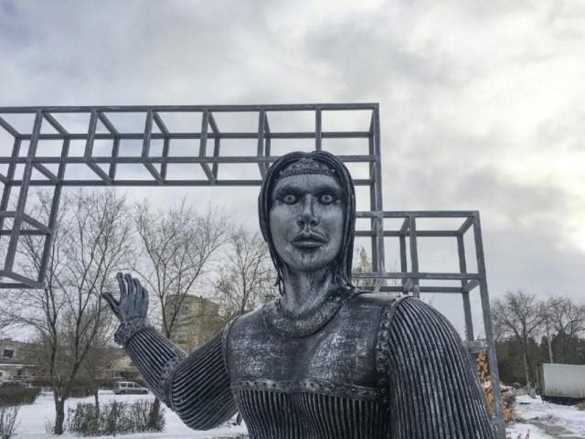 顔が怖すぎる!と住民から苦情が殺到。ロシアの少女記念像