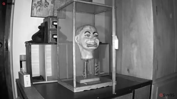 ガラスケースの中の古い腹話術人形に怪奇現象が!?深夜に目と口を動かす姿がカメラに捉えられる(イギリス)