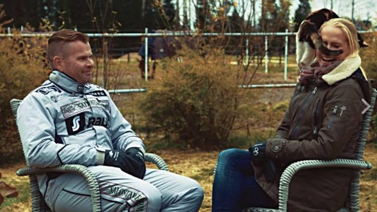 騎手のテレビインタビューの主役は猫