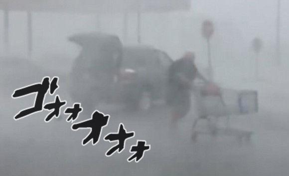 雨にも負けず風にも負けず。暴風雨の中、律儀にショッピングカートをカート置き場に戻すおばあさんの姿