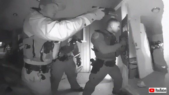 高熱を出した子供の家に武装した警察が襲撃。子供を強引に連れ去っていく事態が発生。いったいなぜ?(アメリカ)