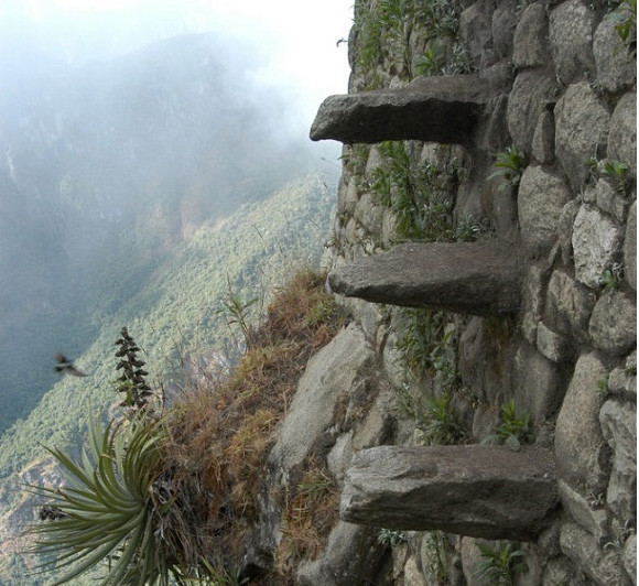 手すりがなくて震える...マチュピチュ近郊にあるワイナピチュ山の断崖絶壁にある死の階段(ペルー)